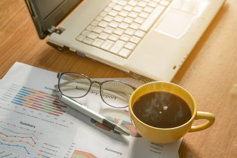 Кофейная чашка и компьтер-книжка, диаграмма, eyeglass и ручка стоковые изображения