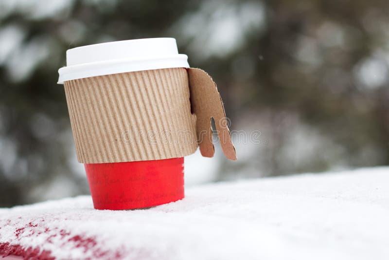 Кофейная чашка и праздник papper зимы снега стоковое фото rf