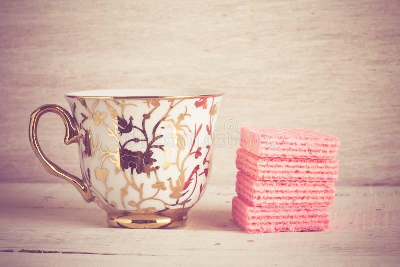 Кофейная чашка и розовые waffles стоковая фотография