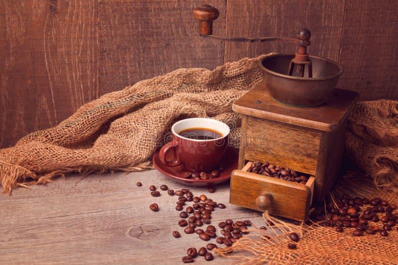 Кофейная чашка и старый винтажный механизм настройки радиопеленгатора Фокус на кофейной чашке стоковая фотография rf