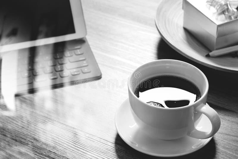 Кофейная чашка и таблетка цифров стыкуют умную клавиатуру, подарочную коробку золота стоковая фотография