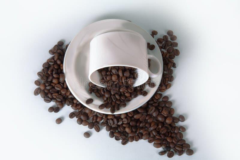 Кофейная чашка и фасоли на старом кухонном столе Взгляд сверху с copyspa стоковое изображение rf