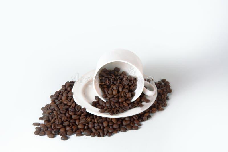 Кофейная чашка и фасоли на старом кухонном столе Взгляд сверху с copyspa стоковые изображения rf