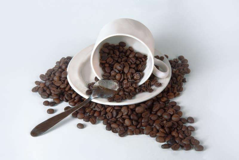Кофейная чашка и фасоли на старом кухонном столе Взгляд сверху с copyspa стоковое фото rf