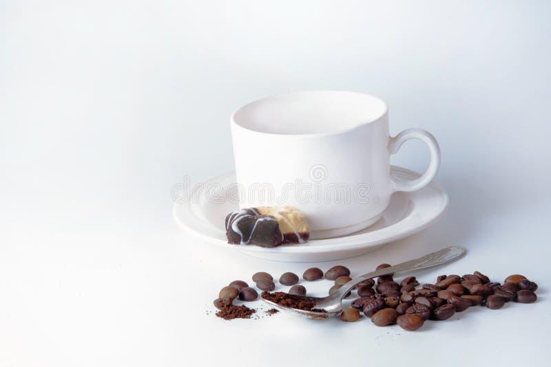 Кофейная чашка и фасоли на старом кухонном столе стоковое фото rf