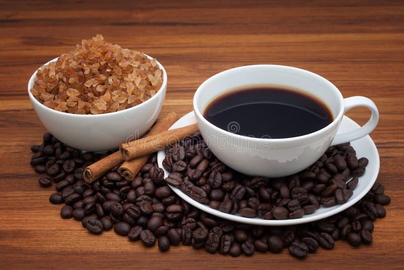 Кофейная чашка и фасоли на деревянной таблице стоковая фотография