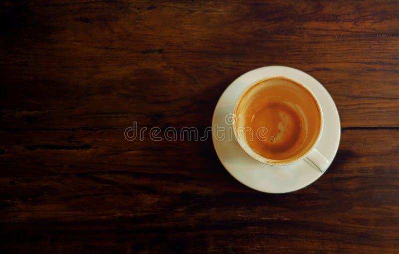 Кофейная чашка на деревянном столе Законченные Latte или капучино стоковые фотографии rf