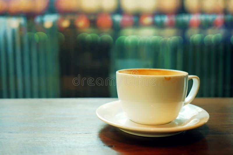 Кофейная чашка на таблице в кафе вечером стоковые фотографии rf