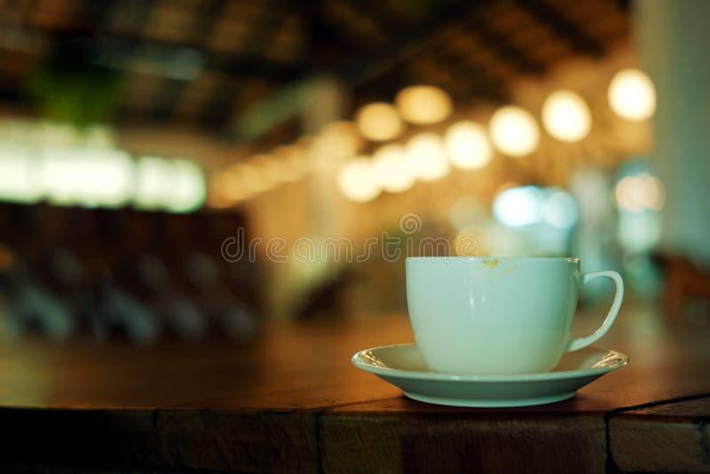 Кофейная чашка на таблице в кафе стоковые фотографии rf