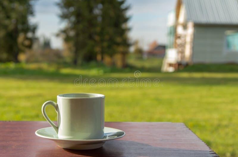 Кофейная чашка на таблице стоковая фотография rf