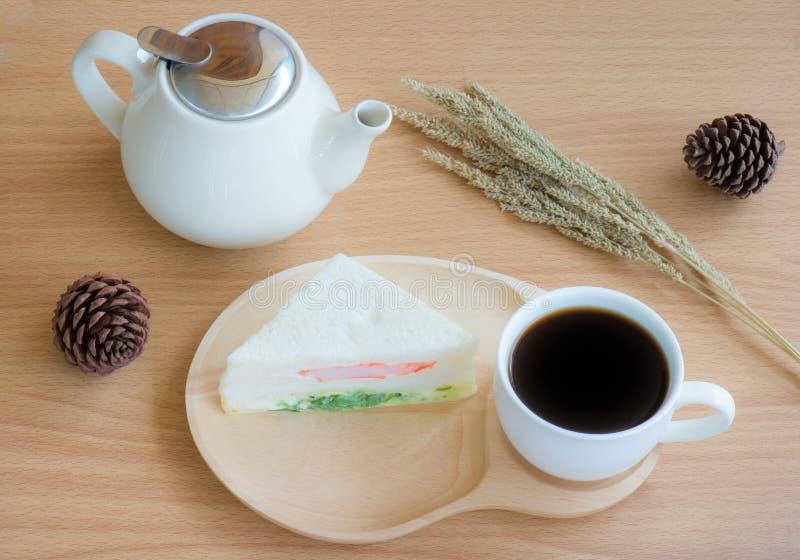 кофейная чашка одевая белизну утра мантии девушки стоковое фото