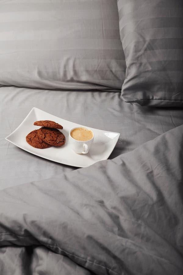 Download кофейная чашка одевая белизну утра мантии девушки Стоковое Фото - изображение насчитывающей breadcrumbs, удобно: 81812984