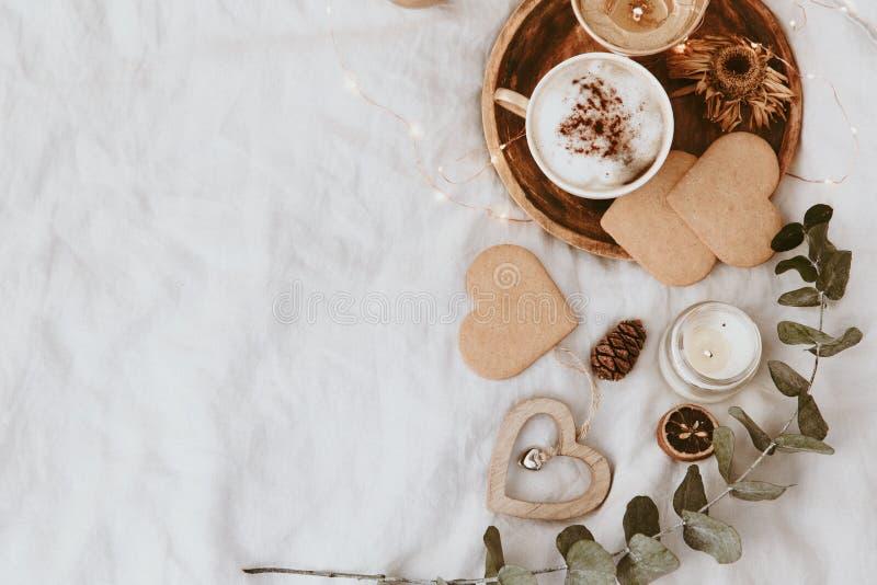 Кофейная чашка, печенья и украшения в кровати Сладостный дом, концепция натюрморта стоковые изображения