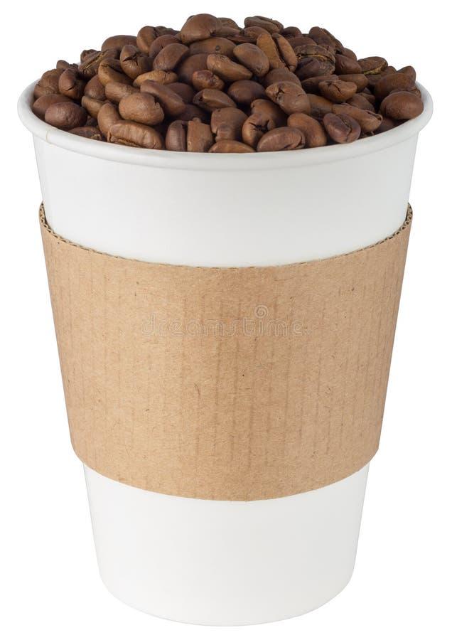 Кофейная чашка, полная фасоли на белом фоне стоковые изображения
