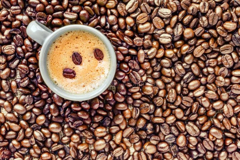 Кофейная чашка помещенная на кровати кофейных зерен стоковое изображение