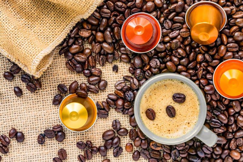 Кофейная чашка помещенная на кровати кофейных зерен стоковые фото