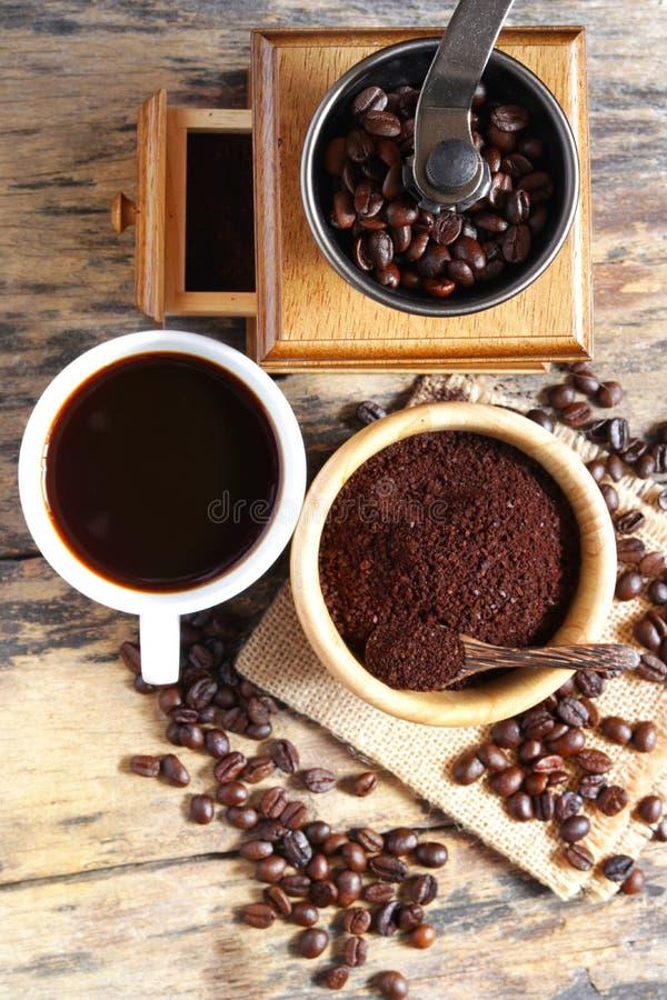 Кофейная чашка с механизмом настройки радиопеленгатора стоковая фотография rf