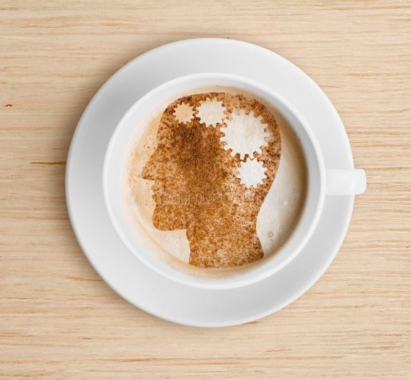 Кофейная чашка с мозгом на пене Освежая концепция стоковые фотографии rf