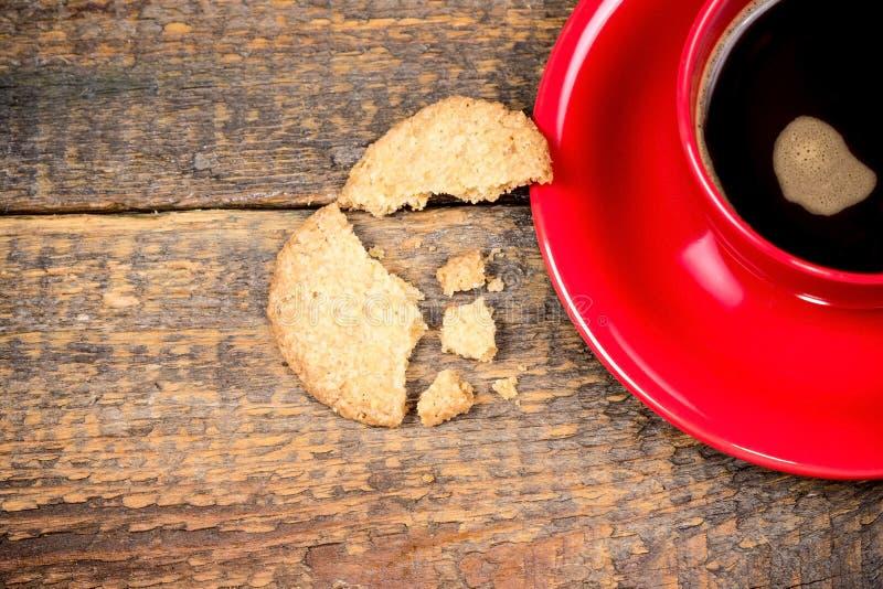 Кофейная чашка с треснутым печеньем стоковое фото