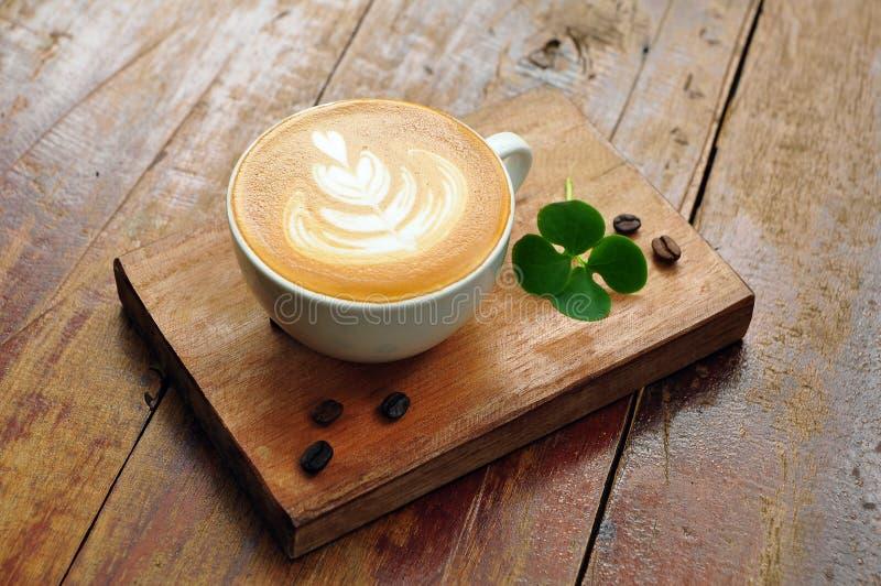 Кофейная чашка Latte на деревянной плите стоковые фото