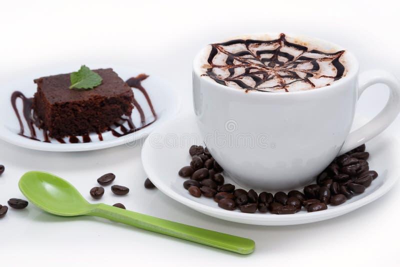 Кофейная чашка Latte с шоколадным тортом стоковые изображения rf