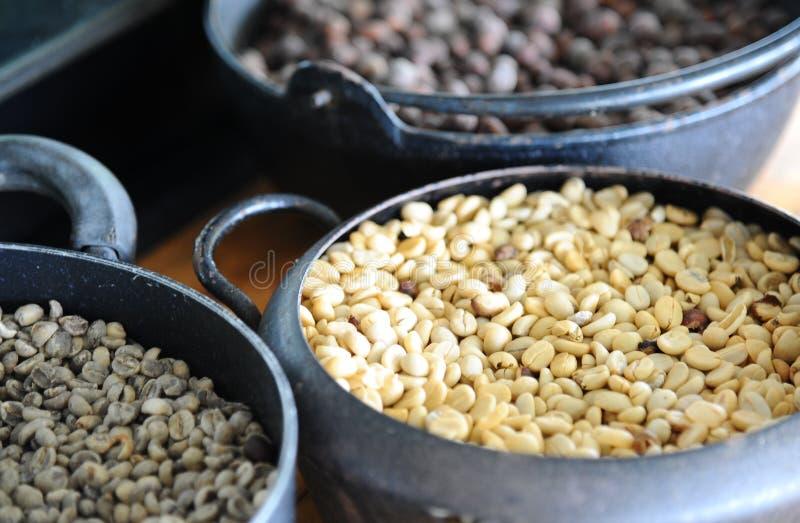 Кофейное зерно в винтажном стальном ведре на деревянном столе стоковое фото