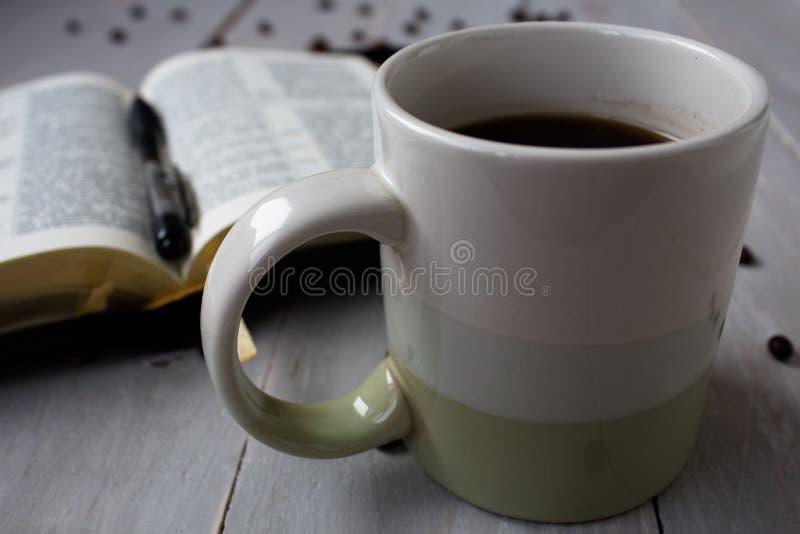 Кофейные зерна библии стоковая фотография