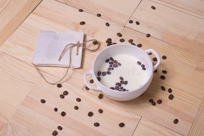 Кофейные зерна в молоке стоковые фотографии rf