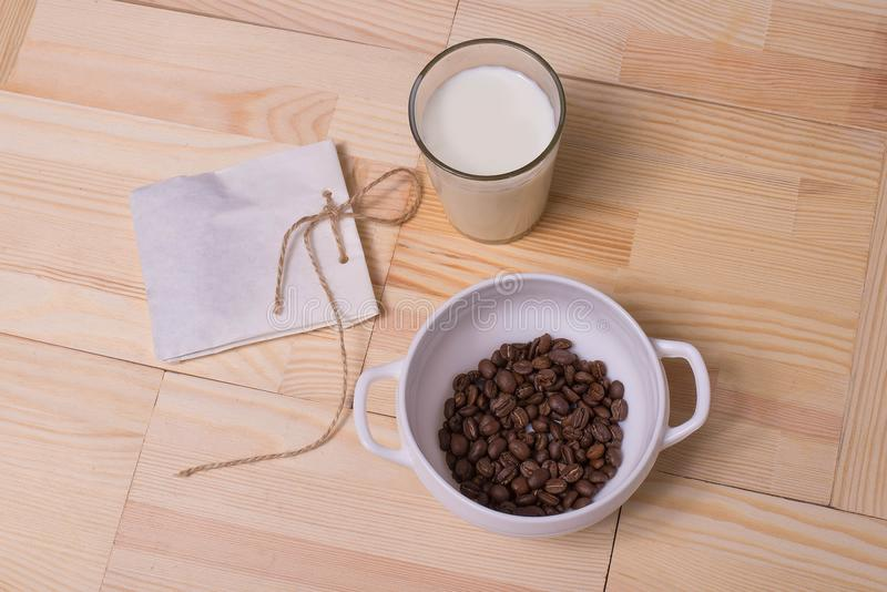 Кофейные зерна в славной плите стоковая фотография
