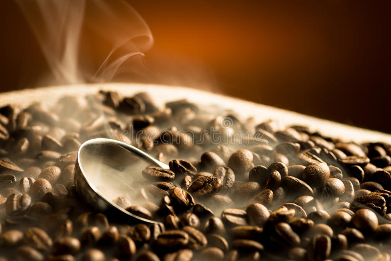 Кофейные зерна жарки с дымом стоковое фото rf