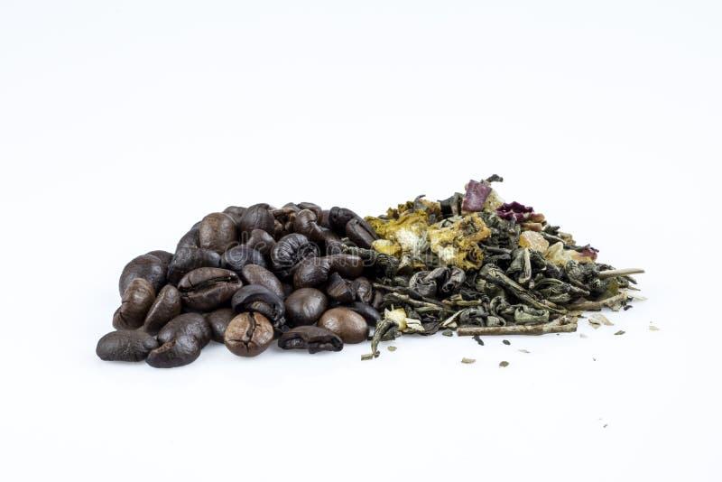 Кофейные зерна и зеленый свободный чай изолированные на белой предпосылке стоковое фото rf