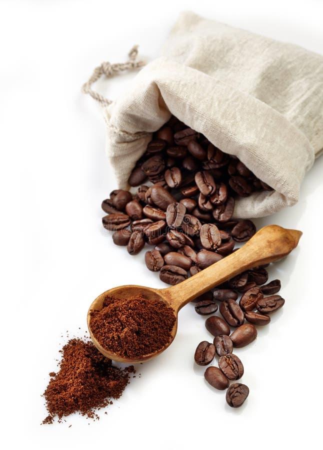Кофейные зерна и земной кофе стоковые изображения