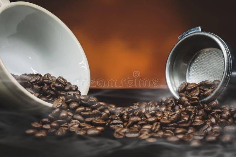 Кофейные зерна и земной порошок стоковое фото rf
