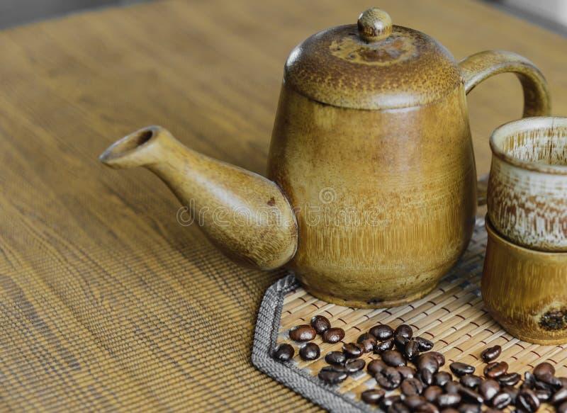 Кофейные зерна и кофейные чашки установили на деревянную предпосылку сбор винограда типа лилии иллюстрации красный (мягкий фокус) стоковые изображения rf