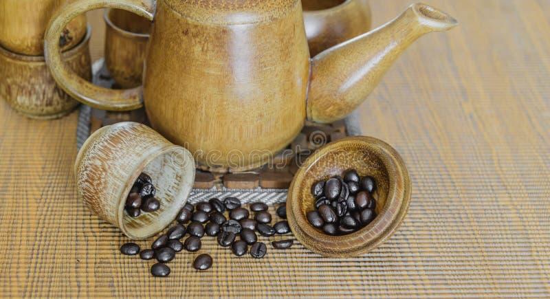 Кофейные зерна и кофейные чашки установили на деревянную предпосылку сбор винограда типа лилии иллюстрации красный (мягкий фокус) стоковое фото rf