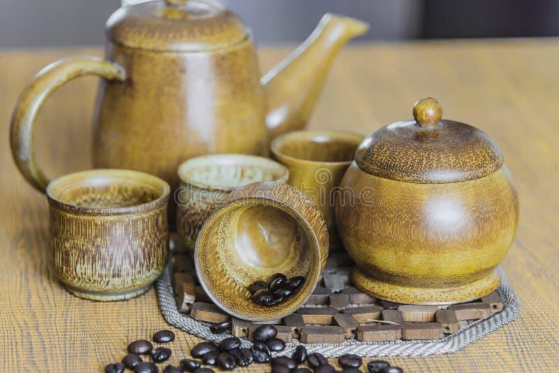 Кофейные зерна и кофейные чашки установили на деревянную предпосылку сбор винограда типа лилии иллюстрации красный (мягкий фокус) стоковые фотографии rf