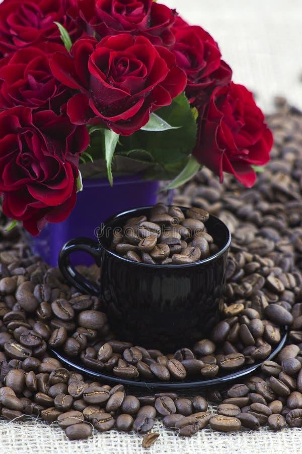 Кофейные зерна и красные розы стоковое фото rf