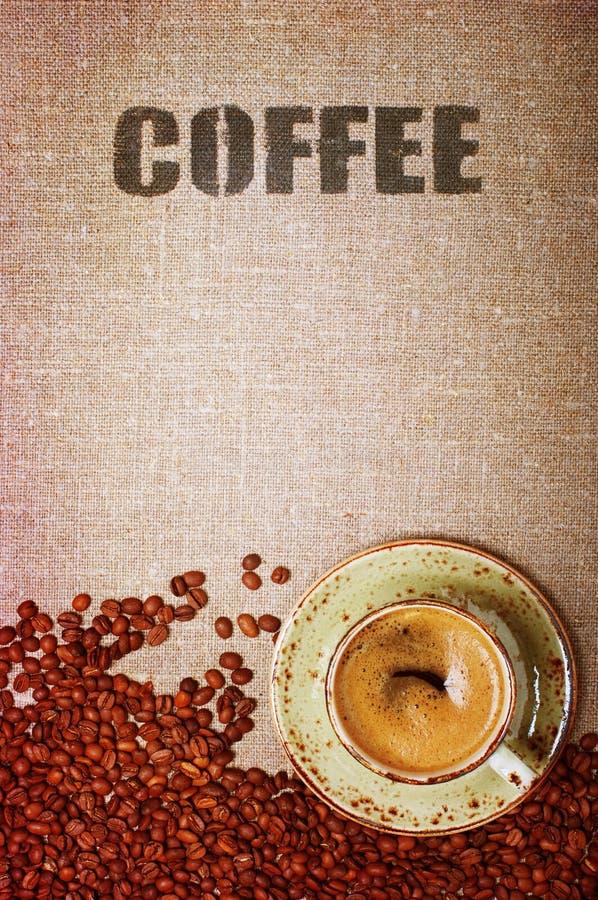 Download Кофейные зерна и чашка на сумке мешковины Стоковое Изображение - изображение насчитывающей питье, beanie: 41662929