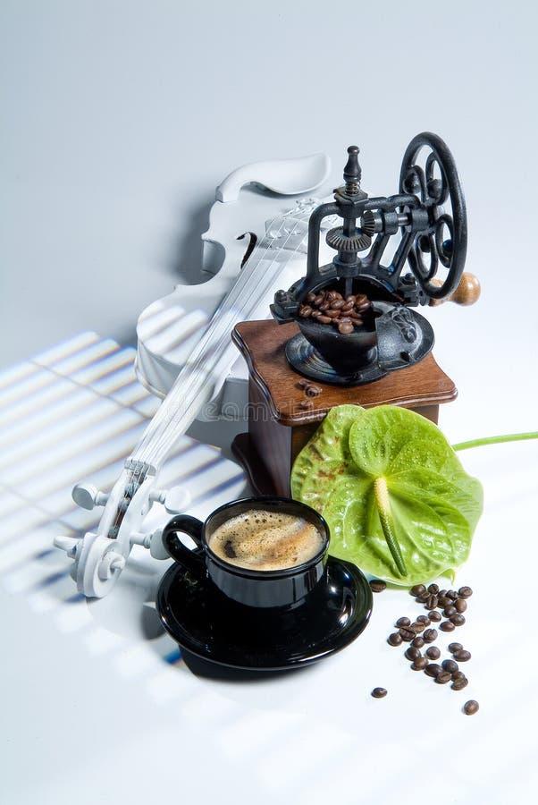 Кофейные зерна мельницы кофе, чашки и стоковое изображение rf