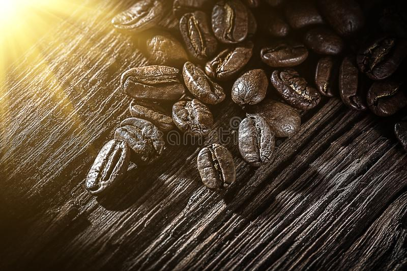 Кофейные зерна на винтажной деревянной доске стоковые изображения