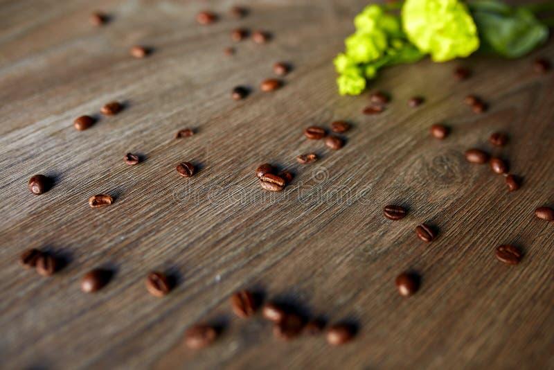 Кофейные зерна на деревянном столе с стоковые фото