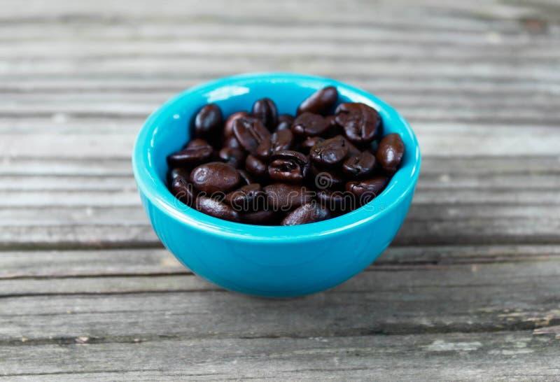 Кофейные зерна на древесине 4 стоковое фото