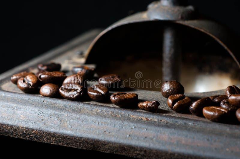 Кофейные зерна на старом ржавом конце механизма настройки радиопеленгатора вверх по съемке макроса стоковая фотография