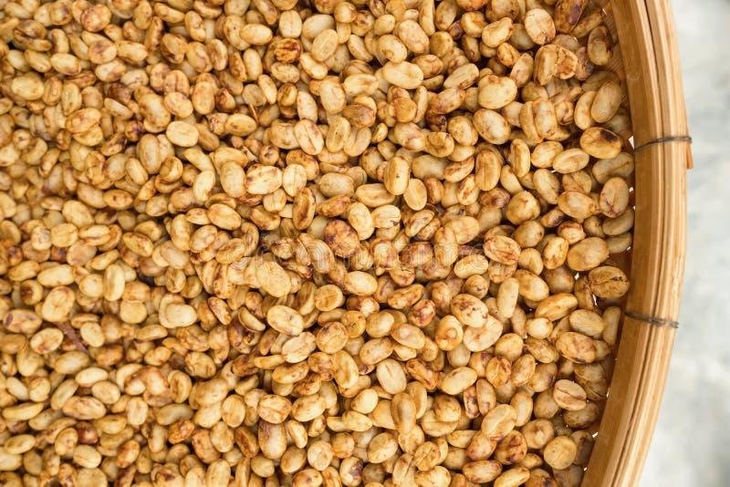 Кофейные зерна суша на солнце стоковое изображение rf