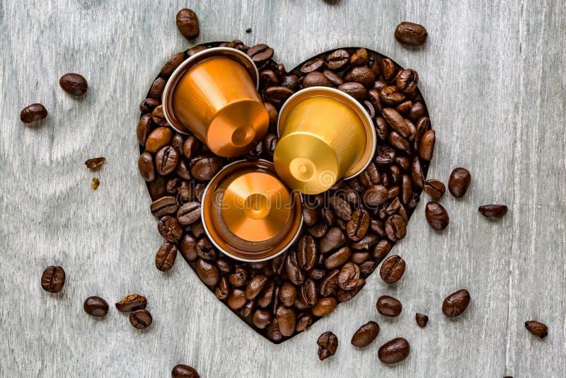 Кофейные зерна с сердцем Концепция влюбленности или страсти стоковое фото