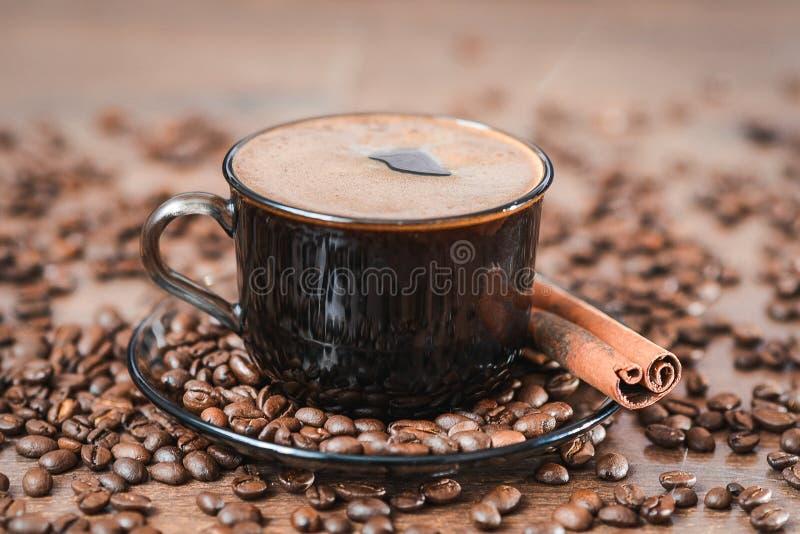 Кофейные зерна, черный кофе стоковые изображения rf
