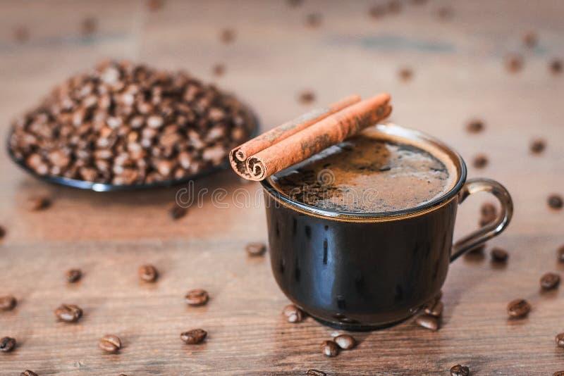 Кофейные зерна, черный кофе стоковое фото rf