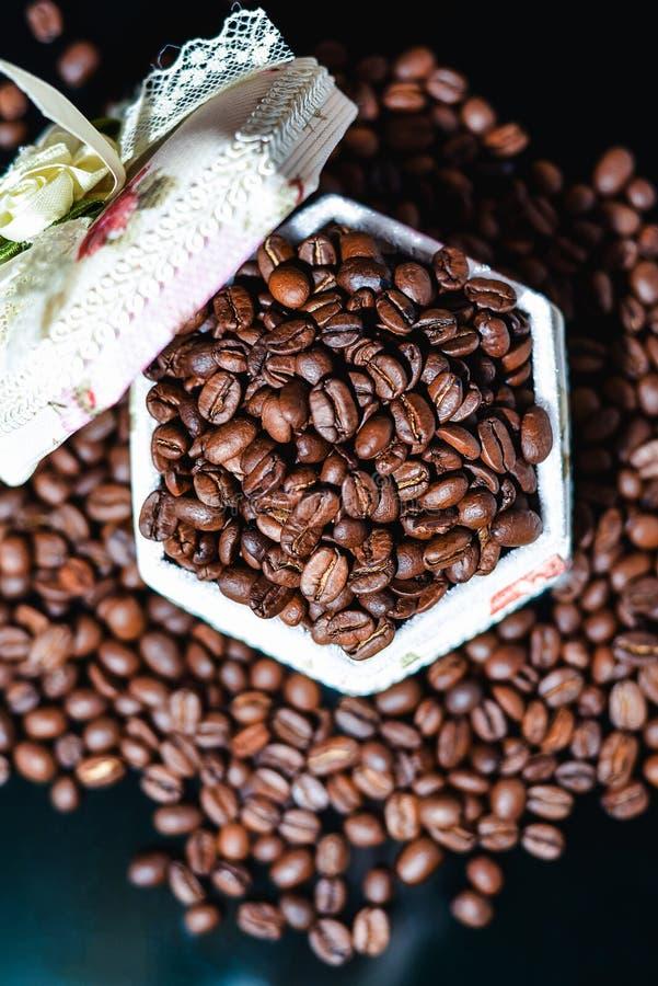 Кофейные зерна, черный кофе стоковая фотография rf