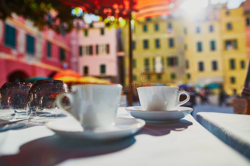 Кофейные чашки в кафе в Vernazza, Cinque Terre, Италии стоковые изображения rf