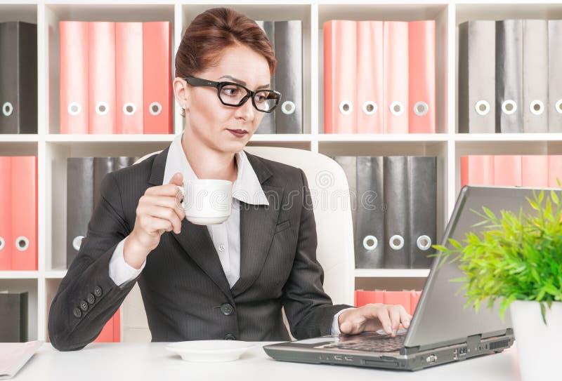 Кофе бизнес-леди работая и выпивая стоковые изображения rf